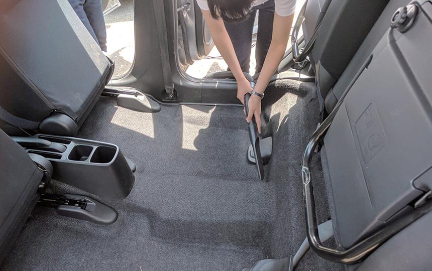 車内清掃(マット下の小石や砂もきれいに清掃)